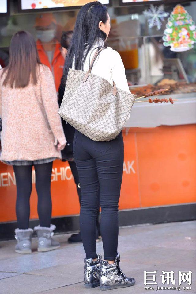 紧身牛仔裤少女臀部图片_街拍前凸后翘的丰臀美女,虽然是吃货,但身材很给力_街拍美臀 ...